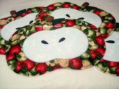 Jogo americano em formato de maçãs e tecido 100% algodão. O valor se refere ao kit contendo 4 unidades.