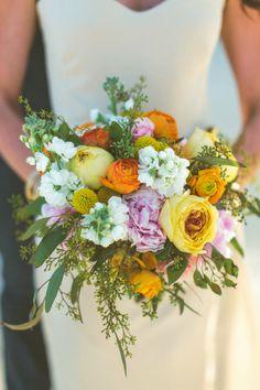 Bouquet de noiva amarelo: Uma mistura de diferentes flores fica selvagem e perfeita para um eco-wedding!