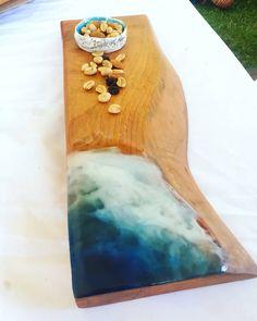 Tabla de cocktail madera de Raúl con inspiración marina en resina.  Piezas únicas para darle distinción a cualquier ambiente! Epoxy, Wooden Boards, Cocktails