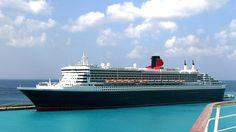 """Das Kreuzfahrtschiff """"Queen Mary 2"""" durchquert das Meer."""