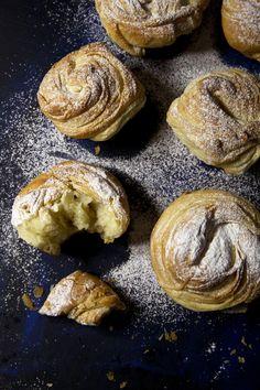Cruffiny.. alebo hybridné Croissanty Na Spôsob Muffinov – Stvory z kuchyne Bagel, Doughnut, Sweet Recipes, Food And Drink, Sweets, Bread, Cookies, Breakfast, Desserts