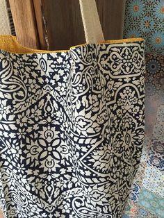 Bolsa forrada em algodão cru e tecido estampado e com bolso interno .  Obs: objetos não incluídos.