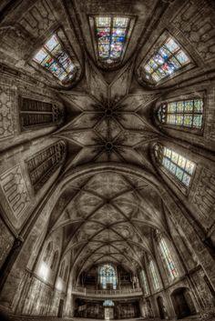 Ormai l'avrete capito, alla redazione di Darlin' abbiamo un debole per l'esplorazione urbana e per tutti i luoghi dimenticati che hanno un fascino incomparabile. Oggi vi proponiamo una selezione di chiese abbandonate sparse per il mondo e fotografate da Matthias Haker.