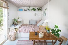 A tiny, but dreamy summer cottage - Daily Dream Decor Decorating Small Spaces, Decorating Blogs, K Om, Cosy Corner, Parisian Apartment, Asian Decor, Tiny Spaces, Dream Decor, Feng Shui