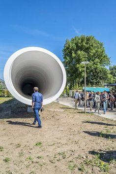 Minister Schultz van Haegen heeft vanochtend Europa's eerste hyperloop-testfaciliteit op de campus van de TU Delft onthuld. Het bedrijf Hardt, opgericht door een aantal van de winnaars van Elon Musk's hyperloop competitie eerder dit jaar, heeft samen met het Europese bouwconcern BAM een 30 meter lange testfaciliteit gebouwd om de technologie voor het futuristische vervoersysteem te testen.