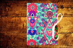 Caderno com costura Correntinha, lombada quadrada e capa em tecido de algodão. Estampa de mandalas super alegre, estilosa e diferente!
