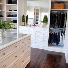 Para quem tem espaço, uma ilha central no closet pode ser bastante útil para setorizar itens como bijuterias, cintos, meias, echarpes. Fica a dica!!!!!