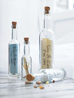 Des vœux de bonheur enfermés dans des bouteilles en verre le jour du mariage