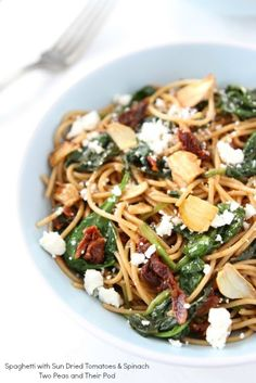 Whole Wheat Spaghetti with Sun Dried Tomatoes, Spinach, Garlic & Feta! And the hubs is obsessed with sun dried tomatoes! Spinach Pasta Recipes, Healthy Pasta Recipes, Healthy Pastas, Real Food Recipes, Vegetarian Recipes, Cooking Recipes, Clean Eating, Healthy Eating, Pasta Dishes