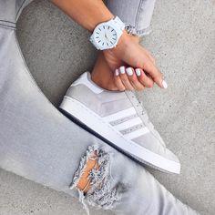 Calça rasgada, tênis, relógio, e unha bem feita