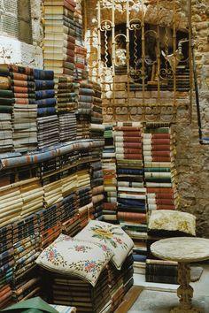 Another photo of Libreria Acqua Alta in Venice, Italy. Photo by Petrana Sekula I Love Books, Great Books, Books To Read, Home Libraries, World Of Books, Book Nooks, Reading Nooks, Library Books, Library Ideas