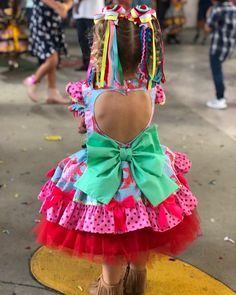 A imagem pode conter: uma ou mais pessoas, pessoas em pé e sapatos Maria Clara, Country Dresses, Kids Wear, Crochet Necklace, Cool Outfits, Party Dress, Sewing, Children, Baby