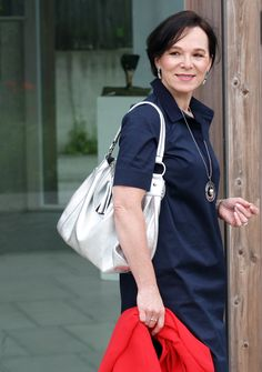 How to style a shirt dress in summer. Classic Office Look by Lady of Style Short Women Fashion, Womens Fashion, Clothes For Women Over 40, Neue Outfits, Red Blazer, Office Looks, Fashion Over 40, Old Women, Lady