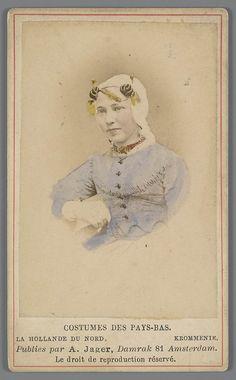 Vrouw in Zaanse streekdracht uit Krommenie Costumes des Pays-Bas - La Hollande du Nord. - Krommenie. fotograaf: Jager, A. 1875-1885 #NoordHolland #Zaanstreek