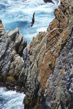La Quebrada en Acapulco, México. Su peligro radica en que el clavadista debe calcular el momento en que la ola haga que el nivel del mar sea más alto, ya que de lo contrario sería una muerte segura debido al impacto contra las rocas del fondo, situadas a poca profundidad cuando baja el nivel del mar debido al oleaje.