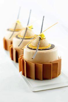 Petits gâteaux marron: croustillant macaron/ biscuit dacquoise/ marmelade mandarine/ crémeux mandarine/mousse aux marrons/ glaçage miroir/ Décors chocolat