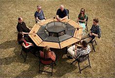 Trefft ihr euch gerne mit Freunden zum Grillen? Dann guckt euch mal den Grill hier an. Er nennt sich JAG Grill und bietet Platz für acht Leute, die alle gleichzeitig grillen können. Und essen. Und ums Feuerchen in der Mitte sitzen. Irgendwie eine schöne Id