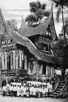 Old Pictures, Old Photos, Minangkabau, Dutch East Indies, Malaysian Food, Padang, Outdoor Weddings, Burmese, Vintage Photography