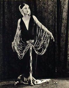 Nita Naldi  &  Cleo de Merode    .....mujeres simbolicas y peligrosas del primer tercio de siglo en el PARIS DE LA FOLLIE de los años veinte