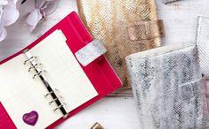 Luxusní dárky pro ženy od Antorini.cz Card Holder, Notebook, Cards, Journal, Rolodex, Maps, The Notebook, Playing Cards, Exercise Book