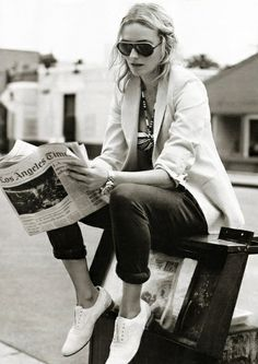 Zizi blanches sans lacets + slim roulotté sur la cheville + blazer blanc = le bon look printanier