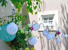 Original y cálido festejo en el jardín de la casa. Guirnalda de esferas lumínicas y arreglos florales.