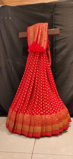 Banarsi Suit, Silk Saree Banarasi, Georgette Sarees, Red Saree, Saree Look, Saree Dress, Saree Blouse Neck Designs, Blouse Designs, Indian Clothes