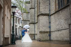 Photographers based in NL // Romantische Bruidsfotografie in de regen