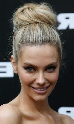 dame mit blonden haaren und schöner dutt frisur