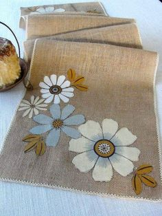 Añadir un toque rústico a tu mesa con este camino de mesa única hecha a mano hecha a mano de arpillera con un diseño de flores hermosas, apliques Rustic Table Runners, Table Runner And Placemats, Quilted Table Runners, Burlap Crafts, Fabric Crafts, Sewing Crafts, Sewing Projects, Burlap Projects, Burlap Lace