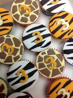 Jungle animal cup cakes - hopefully be able to pull this off for the girls school party Jungle Birthday Cakes, Jungle Cupcakes, Jungle Theme Cakes, Jungle Theme Parties, Safari Birthday Party, Themed Cupcakes, Jungle Party, Zoo Animal Cupcakes, Safari Theme