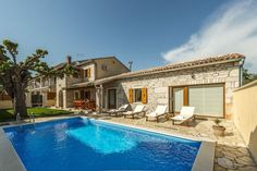 Villa Natale  Mooi gerenoveerde villa met privé zwembad 15 km van het strand en Porec centrum  EUR 741.58  Meer informatie  #vakantie http://vakantienaar.eu - http://facebook.com/vakantienaar.eu - https://start.me/p/VRobeo/vakantie-pagina