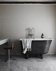 A soak in the tub? Yes please. | Photo: @kristofer_johnsson Design: Lisette Bramsell by elledecor
