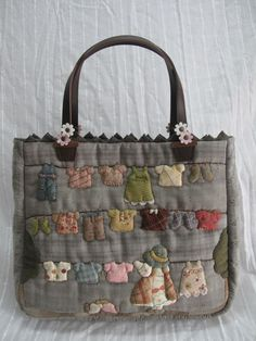 very cute bag. Nor sure if this is only for inspiration but it's cute either way Japanese Patchwork, Japanese Bag, Patchwork Bags, Quilted Bag, Sacs Tote Bags, Reusable Tote Bags, My Bags, Purses And Bags, Bag Quilt