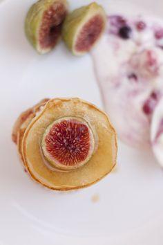 Milhojas de higos, pancakes y queso fresco