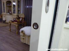 Recordam-se de vos ter mostrado NESTE POSTuma foto de como os meus gatos abriam as portas? A foto era esta:   Com a ajuda da minha mini câmeradescobri como os meus gatos abriam as portas de correr cá de casa, mesmo quando lhes colocava um obstáculo a tapar. Já tinha experimentado colocar umaRead More »