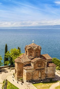 Macedonië is zo'n land waar je niet gelijk aan denkt als je op zoek bent naar een vakantie. Wat erg zonde is, want het is er prachtig! Het Meer van Ohrid is helder blauw en hier kan je tijdens je vakantie lekker in afkoelen, want de temperaturen zullen hier hoog oplopen! #Macedonië https://ticketspy.nl/?p=122370
