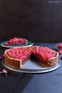 TARTĂ DE CIOCOLATĂ CU ZMEURĂ | Rețetă + Video - Valerie's Food Sweets Recipes, Healthy Desserts, Just Desserts, Best Sweets, Artisan Food, Vegan Meal Prep, No Calorie Snacks, Vegan Cake, Food Labels