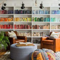 E, por fim, será que existe algo mais lindo do que uma estante de livros organizada a partir das cores do arco-íris?