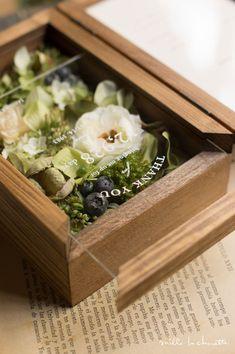 グリーンホワイト ナチュラル フラワーフォトボックス_05 Flower Box Gift, Flower Frame, Diy Wedding Decorations, Handmade Decorations, Bouquet Shadow Box, Money Frame, Flower Shop Decor, Flower Bouqet, Hotel Flowers