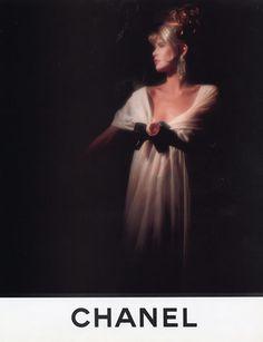 CLAUDIA SCHIFFER em peça publicitária da Chanel. entrerendasebabados.blogspot.com