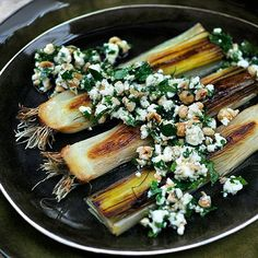 grilled leeks with feta and parsley! Pureed Food Recipes, Vegetable Recipes, Vegetarian Recipes, Healthy Recipes, Greek Recipes, Tapas, Food Porn, Sports Food, Side Dishes