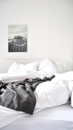 white vintage room bedroom design Home boho bohemian Interior Interior Design house cosy cozy interiors decor decoration living minimalism minimal simple deco clean nordic scandinavian All White Bedroom, White Bedding, White Bedrooms, White Linens, Boho Bedding, Luxury Bedding, Estilo Interior, Home Interior, Home Bedroom