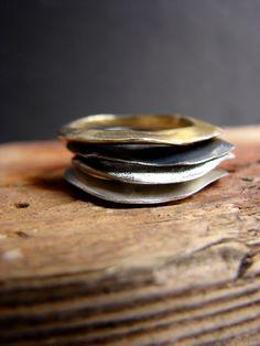 Accatastamento anelli contemporanei argento nero oro
