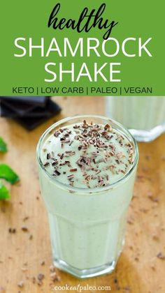 Healthy Shamrock Shake Recipe (Paleo, Keto, Vegan) This healthy shamrock shake recipe is guilt-free and easy to make with natural ingredients like coconut milk, avocado, and fresh mint! Fruit Smoothies, Healthy Smoothies, Healthy Drinks, Paleo Smoothie Recipes, Making Smoothies, Healthy Low Carb Snacks, Healthy Protein Shakes, Healthy Food, Healthy Eating
