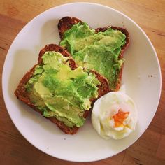 Avocado on toast with a boiled egg - very yummy Michelle Bridges breakfast Healthy Mummy, Healthy Snacks, Healthy Eating, Clean Eating, Raw Food Recipes, Diet Recipes, Cooking Recipes, Healthy Recipes, Nutrient Rich Foods