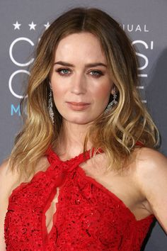 Emily Blunt paired loose curls with a warm-toned beauty look of bronzed cheeks, nude lips and copper-toned eye make-up.