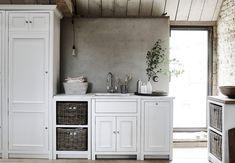 Bijkeuken in landelijke stijl van Neptune. Chichester meubels in Nederland verkrijgbaar via Martin Zoon Interior Design #keukens #bijkeuken #landelijkestijl