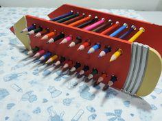 Porta Lápis de Madeira, pintado a mão.  Fazemos sob encomenda. Escolha a sua cor preferida.    Obs.: Não acompanha os lápis de cor.  Caso tenha interesse, solicite um orçamento com os lápis coloridos. R$ 30,00