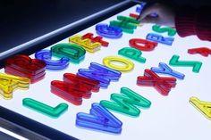 Mesa de luz: qué es y cómo usarla + Imprimibles - Mumuchu Sensory Motor, Sensory Art, Montessori, Reggio Emilia, Activities For Kids, Crafts For Kids, Light Board, Baby Games, Light Table